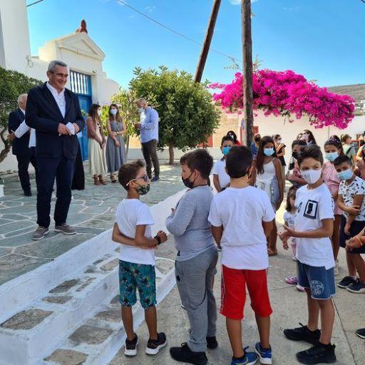Στη Φολέγανδρο για το πρώτο κουδούνι της νέας σχολικής χρονιάς, ο Περιφερειάρχης Γιώργος Χατζημάρκος